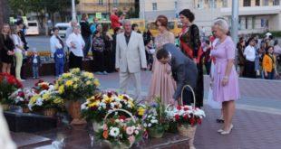 Одиннадцатиклассники возложили цветы к Вечному огню