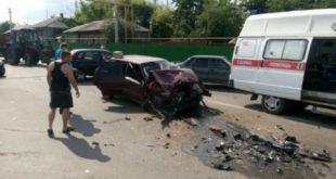«Тойота» вылетела навстречку истолкнулась с«ВАЗом». Три человека пострадали