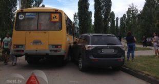 «Митсубиси» иавтобус снадписью «Дети» столкнулись около набережной