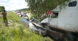 Спасателями пришлось вытаскивать зажатого в салоне после ДТП 24-летнего водителя (фото)