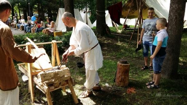 Липчан обучили кузнечному мастерству и стрельбе из лука