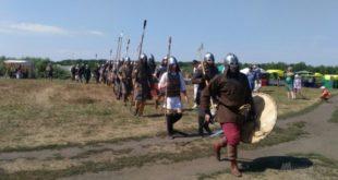 На «Ладейном поле» устроили гонку судов на средневековый лад