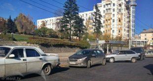 Остановка на Театральной площади превратилась в парковку