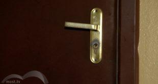 Инвалиду бизнесмен установил входную дверь без ручки