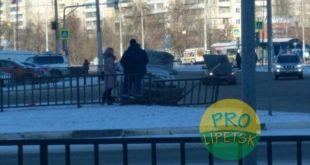 Иномарка протаранила забор и снесла дорожный знак в Липецке (фото)
