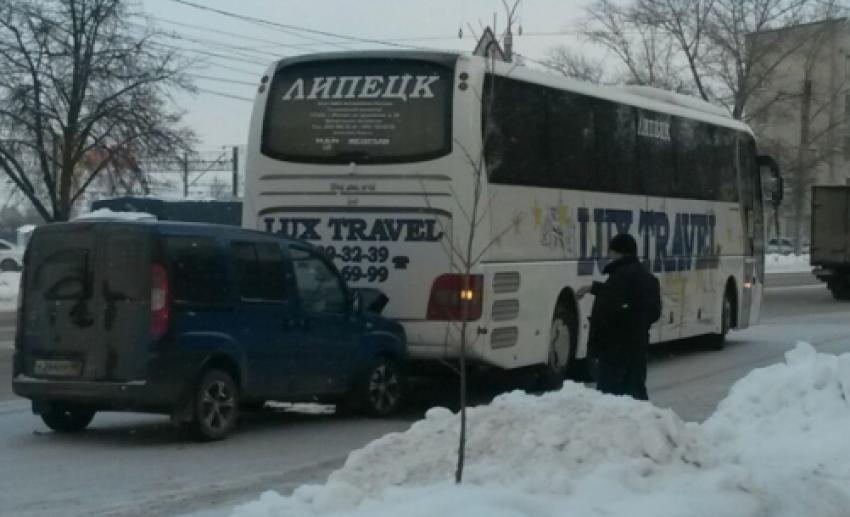 В автобус «Липецк-Москва» врезался «Фиат»