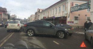 Дорогая иномарка перегородила дорогу вЛипецке (фото)