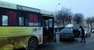 Автобус врезался в«Ниссан»: травмировался малыш (фото)