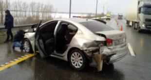 Водитель «Шевроле» врезался вдорожное ограждение
