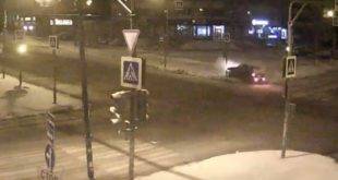 Иномарка врезалась в столб в Липецке. Момент аварии попал на видео