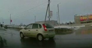 Хамское поведение автомобилиста вЕльце сняли навидео