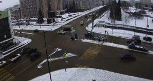 У здания мэрии Липецка столкнулись два автомобиля