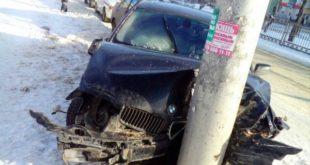 Водитель БМВ врезался в столб в Липецке