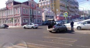 На перекрестке Фрунзе-Первомайская столкнулись две легковушки (фото)