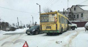 Автобус врезался вдве легковушки