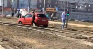 Липчанка, объезжая пробку, застряла на трамвайных путях