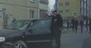 Мужчины вчерной униформе вЛипецке избили автомобилиста перед видеокамерой