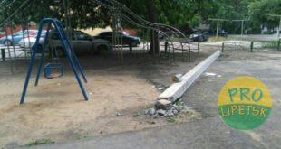 Бетонный столб рухнул на детскую площадку в Липецке
