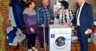 Депутат облсовета Александр Павлов вручил стиральную машину семье инвалида из Воловского района