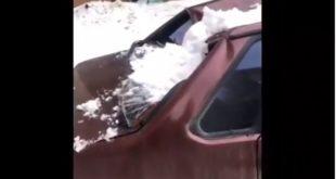 Ледяная глыба упала с крыши на автомобиль в Липецке
