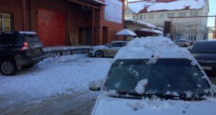 «Неудачно съездил в Липецк». Глыба снега пробила крышу автомобиля (фото)