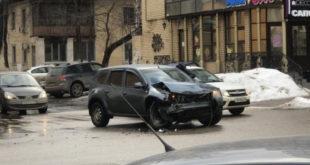 В центре Липецке иномарка врезалась в пассажирский автобус