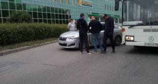На улице Водопьянова из-за аварии образовалась пробка