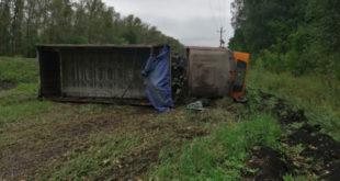 КамАЗ вылетел с трассы и перевернулся в Липецкой области