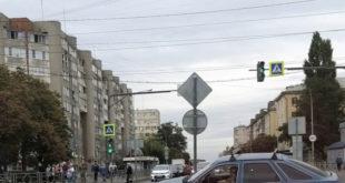 Дорожный знак пал в неравном бою с автомобилем
