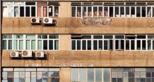 Ребенок вылез на кондиционер за окно 10-го этажа, чтобы позвать друга